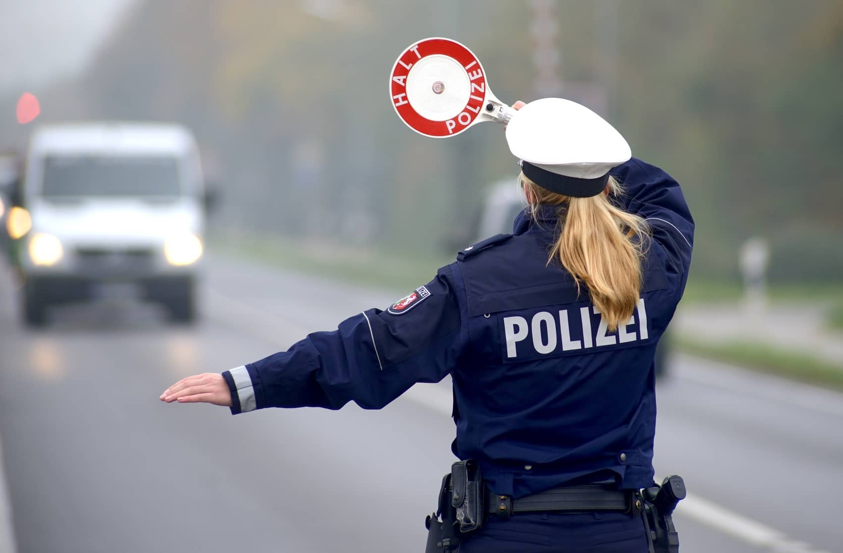 Polizei bei Kontrolle mit Kelle