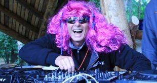 dj bluespace mit pinker perücke