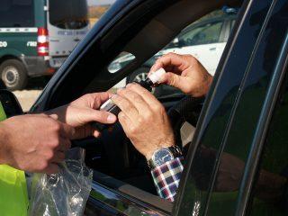alkoholtest fahrzeug polizei kontrolle hände auto