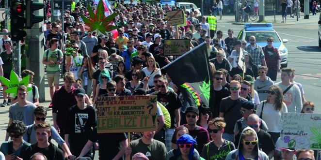 hanfaktivisten parade demonstration für cannabis und nutzhanf in dresten