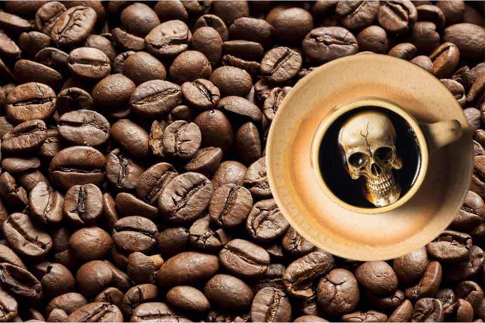 kaffee totenkopf in kaffeetasse auf kaffeebohnen